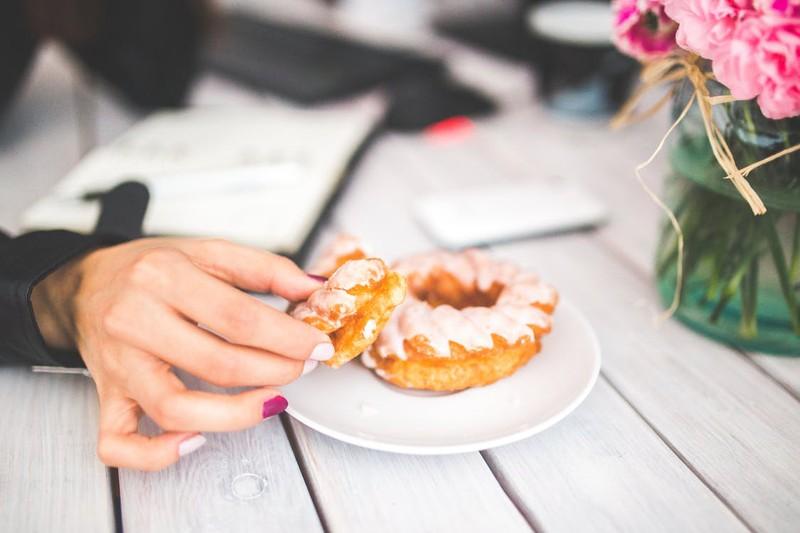 10 Tricks, um weniger Zucker zu essen