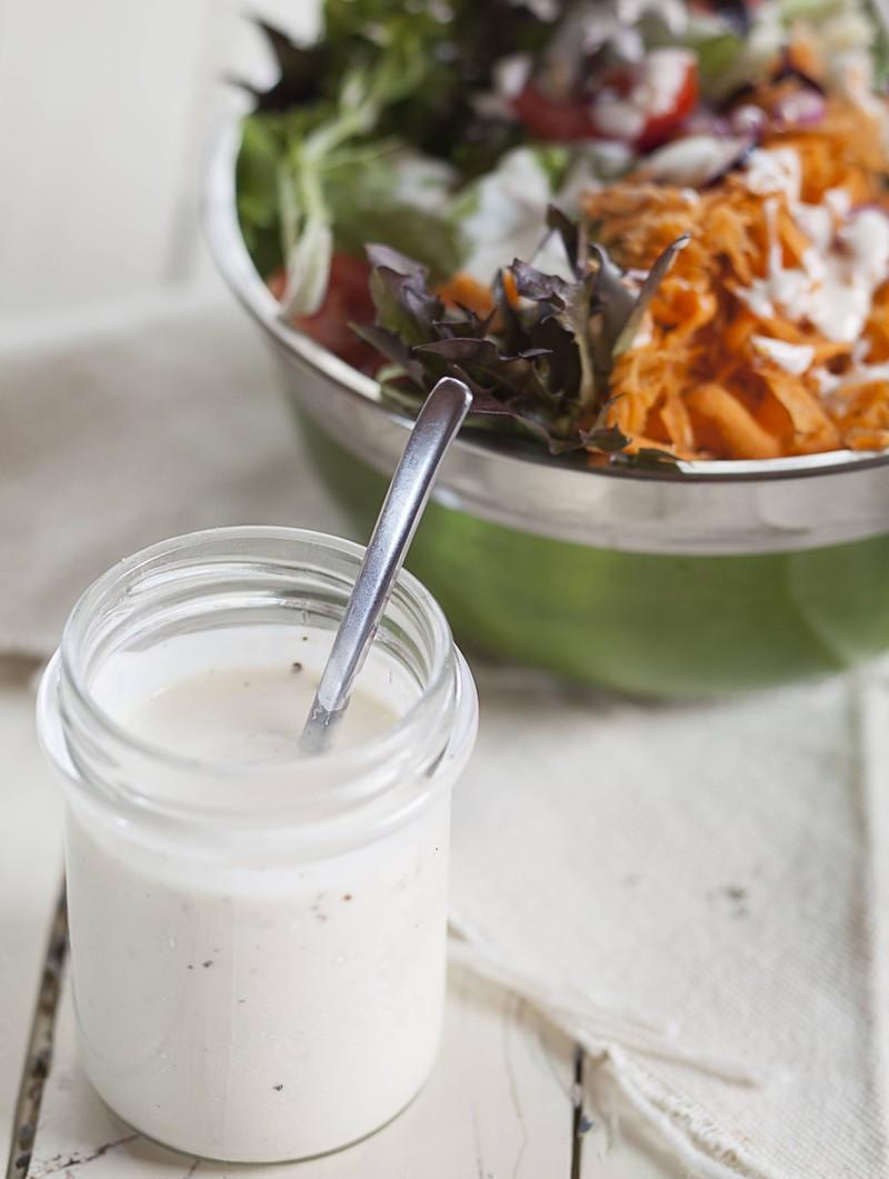 So gesund ein Salat auch ist, kann das Dressing einige versteckte Kalorien beinhalten.