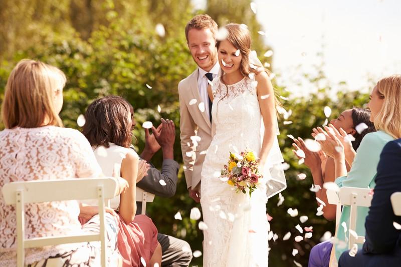 Bei der Trauung ist die vorderste Sitzreihe für die Eltern des Brautpaares reserviert.
