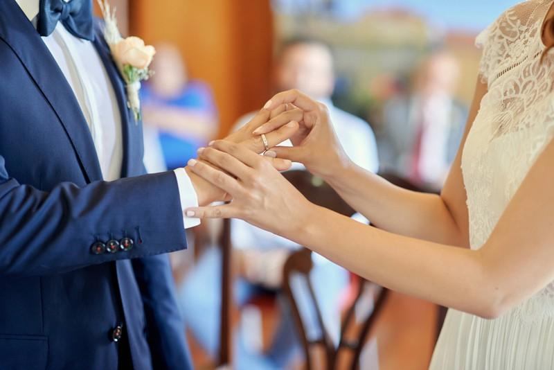 Bei einer Hochzeit sollte man auf bestimmte Vehaltensregeln achten.