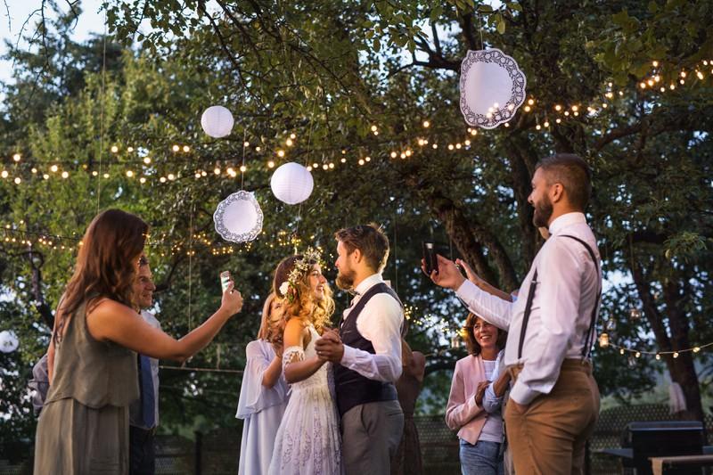 Bevor Gäste Hochzeitsbilder online veröffentlichen, sollten sie das Brautpaar um Erlaubnis fragen.
