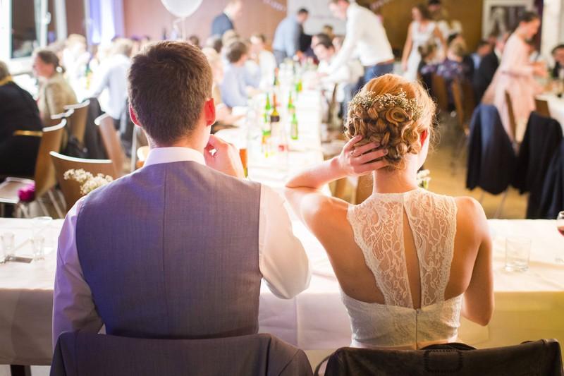 Im Mittelpunkt des Geschehens steht bei einer Hochzeit das Brautpaar.