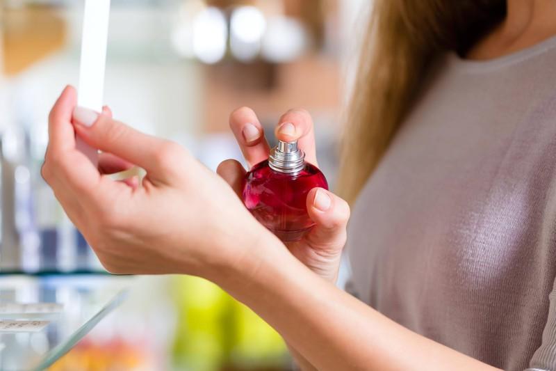Verreibe den Duft deines Parfüms nicht mit deinen Handgelenken!