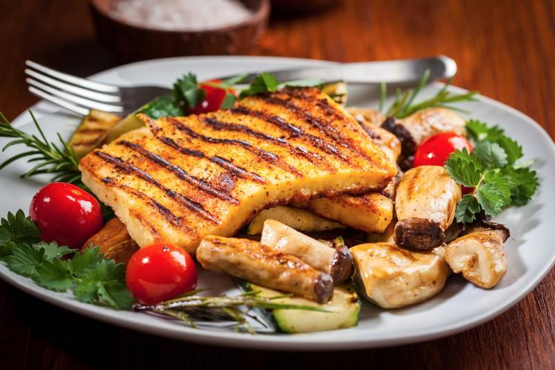 Halloumi ist ein proteinreicher Snack für den Abend.