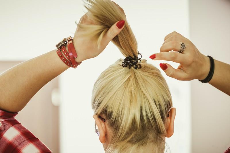 Den Pferdeschwanz kann man in sich durchfädeln, was eine schöne Frisur für schulterlange Haare ist.