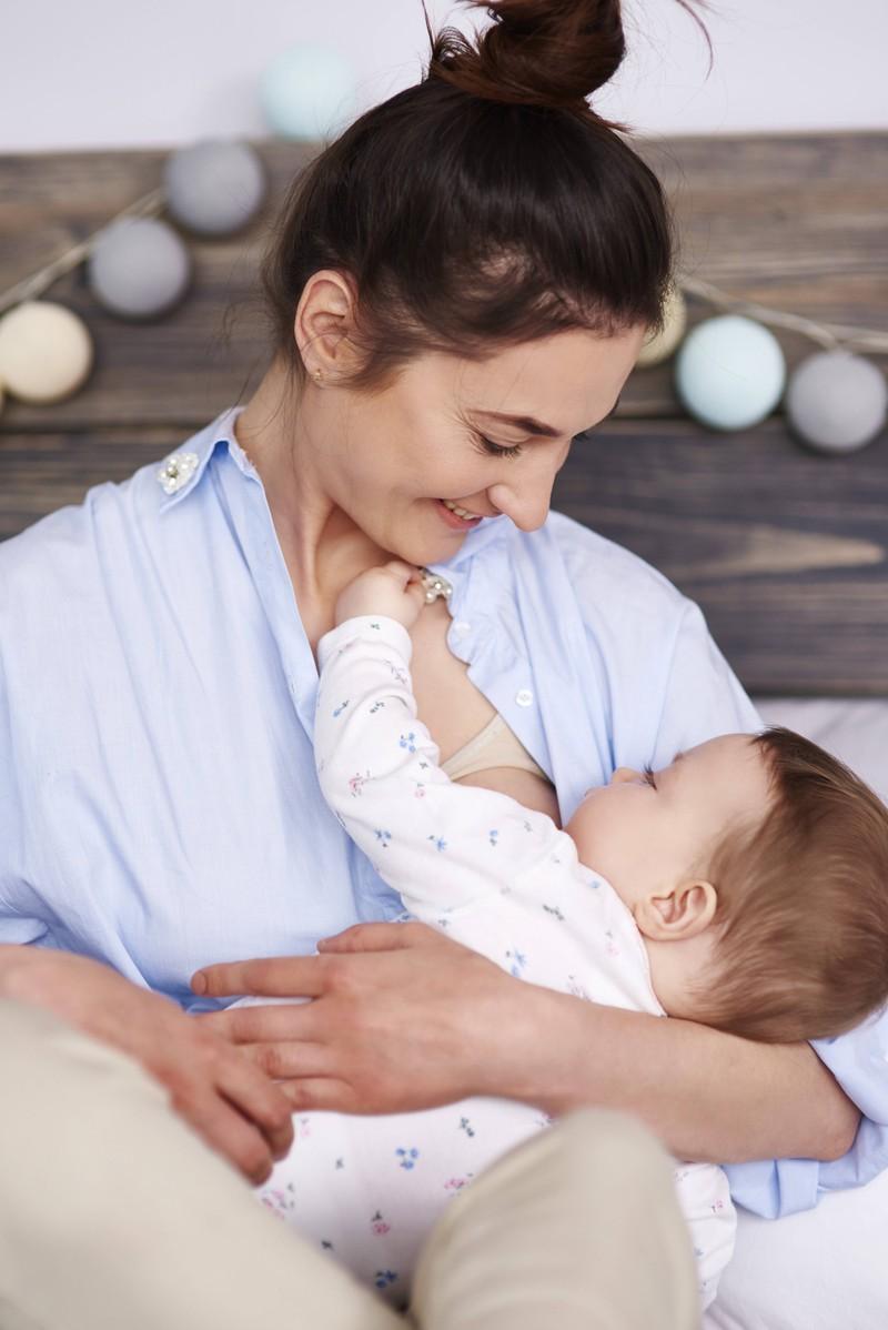 Der erste Tag mit einem Neugeborenen ist für Mama, Papa und Baby eine Herausforderung.