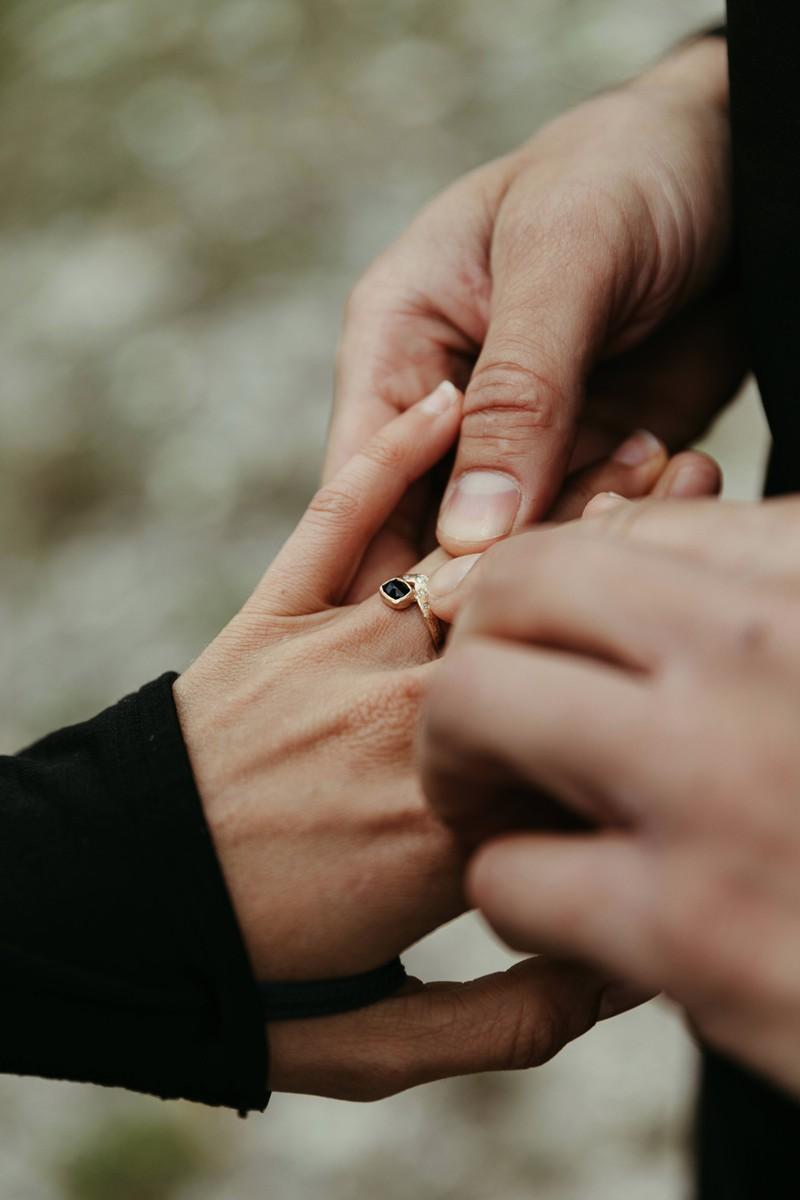 """Der Krebs-Mann lebt das Motto """"Alles oder nichts"""" und lässt sich komplett auf Beziehungen ein – voller Treue."""