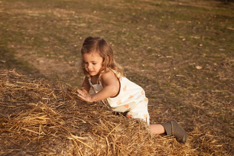 Ein Kind, das draußen ohne Eltern spielt. Was können Eltern tun, damit es später nicht zu Konflikten kommt