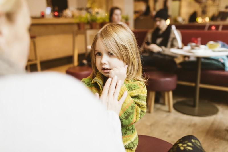 Wenn du deinem Kind stetig über den Mund fährst, kann das Schäden hinterlassen