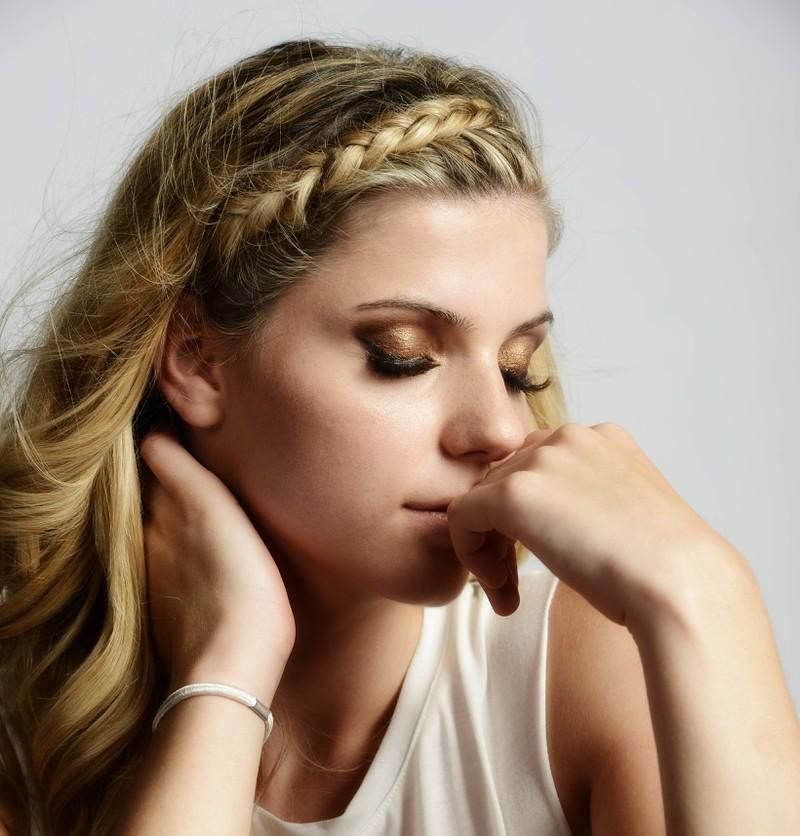 Flechtfrisuren eignen sich bei langen wie auch bei kurzen Haaren.