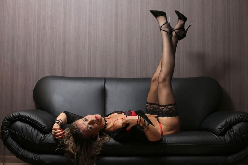 Eine Escortdame schläft nicht immer direkt mit einem Mann, oft begleitet sie ihn auf Reisen oder in Restaurants.