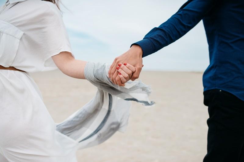 Nach der Verliebtheit kommt die große Kennenlernphase, in der man lange Gespräche führt und sich als Paar auf das nächste Level hebt.