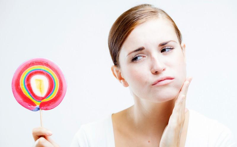 Hoher Zuckerkonsum wirkt sich negativ auf dein Hautbild aus.