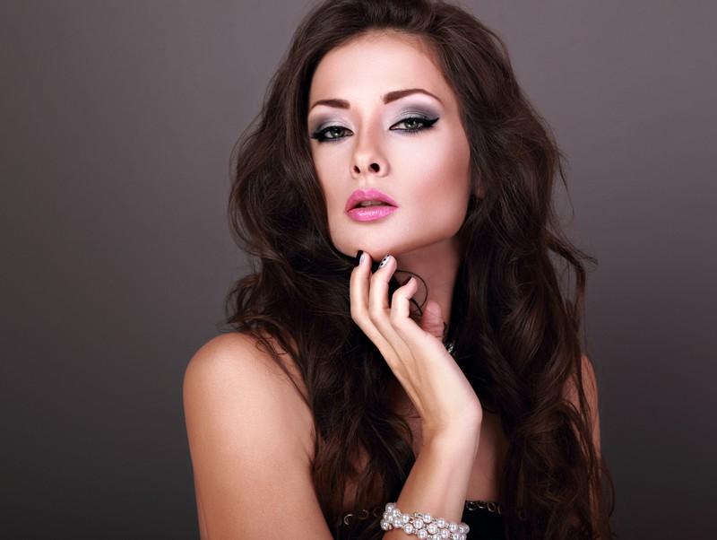 Mit einem schwarzen Eyeliner wirkst du durch dein Make-Up älter.