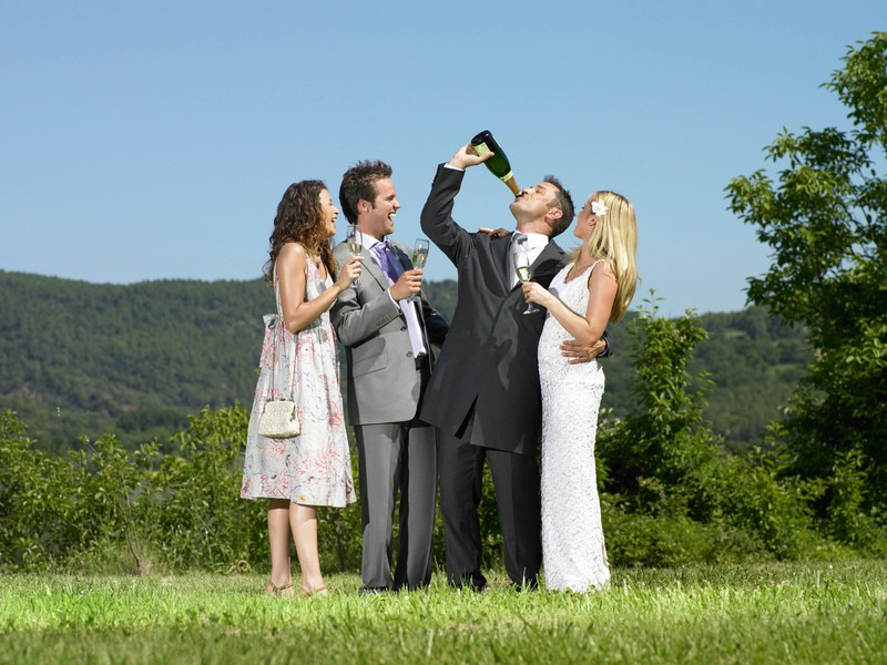Auf einer Hochzeit sollte man niemals über den Durst trinken.