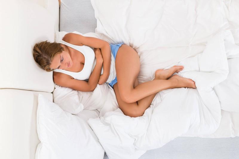 Auch Bauschmerzen können ein Symptom für eine Schwangerschaft sein.