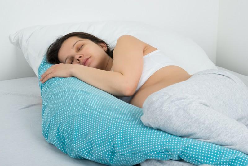 Müdigkeit kann auf eine Schwangerschaft hindeuten.