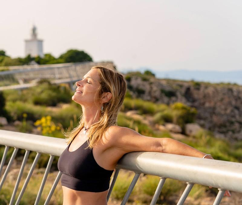 Frau, die Workout macht und Kalorien verbrennt