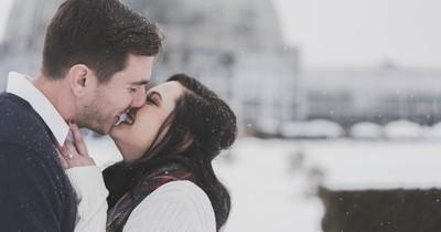 14 Anzeichen der männlichen Körpersprache, die zeigen, dass er verliebt ist