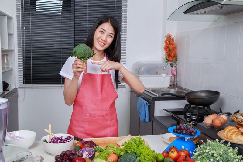 Brokkoli unterstützt den Darm dabei, weniger Fett abzuspeichern.