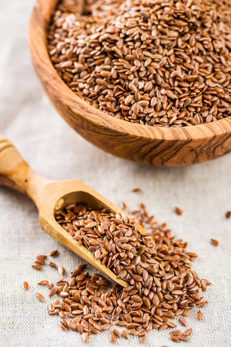 Leinsamen sind zwar gut für die Verdauung, sollten aber mit ausreichend Flüssigkeit aufgenommen werden.