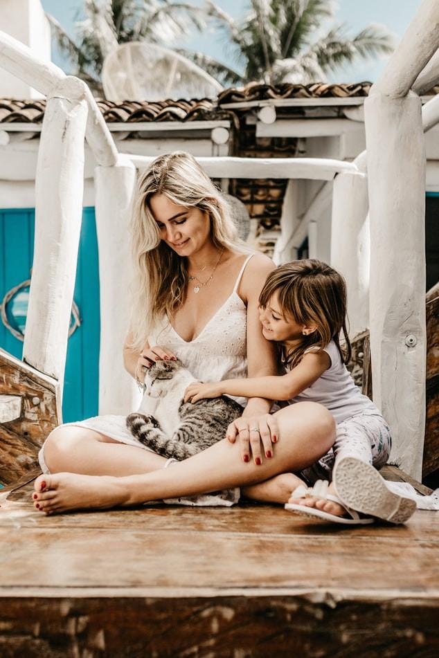 Frau mit kleinem Mädchen und Katze