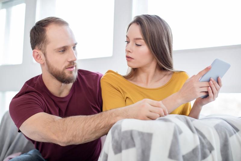 Den Partner wissentlich eifersüchtig zu machen, ist unreifes, verletztes Verhalten.