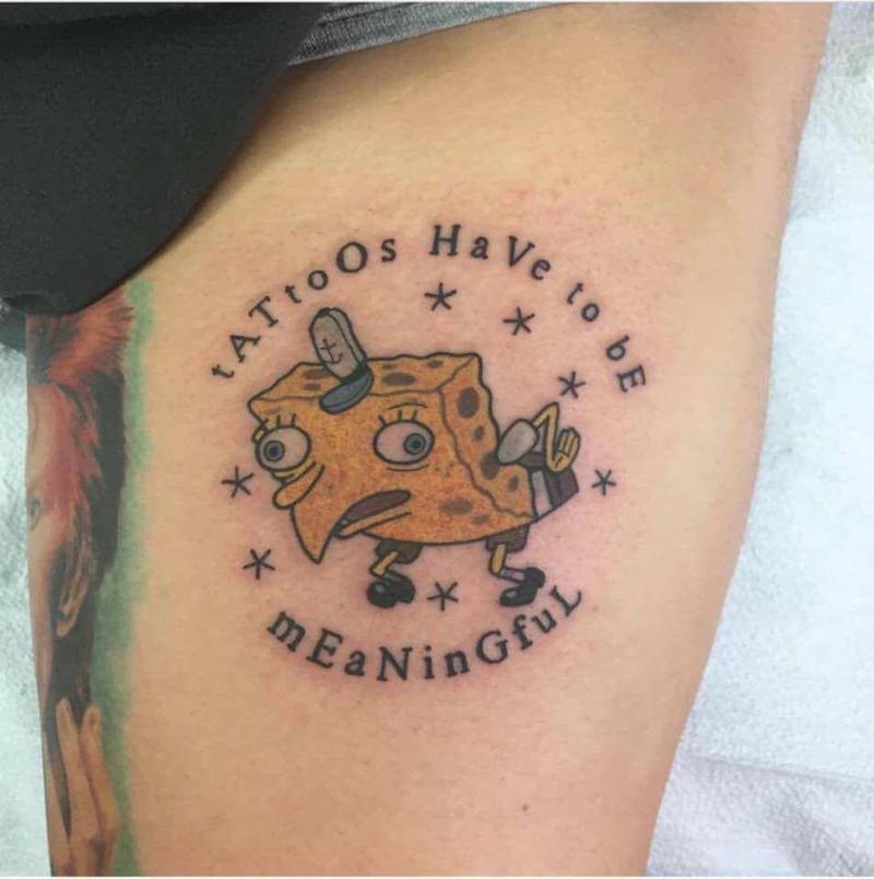Das Spongebob Meme als Tattoo gehört zu den unbeliebten Tattoos bei Tätowierern