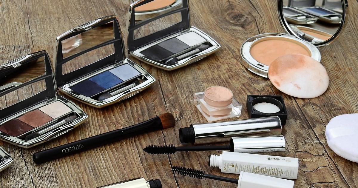 Frau erblindet wegen alter Mascara