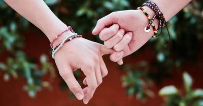 Was die Form eurer Hände über euer Liebesleben erzählt: