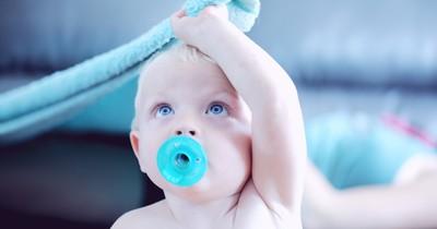 Warum Mütter am Schnuller ihres Babys nuckeln sollten