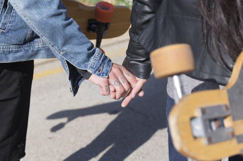 Ein Mann will eine Frau beschützen, wenn er auf der Seite der Straße neben ihr läuft.