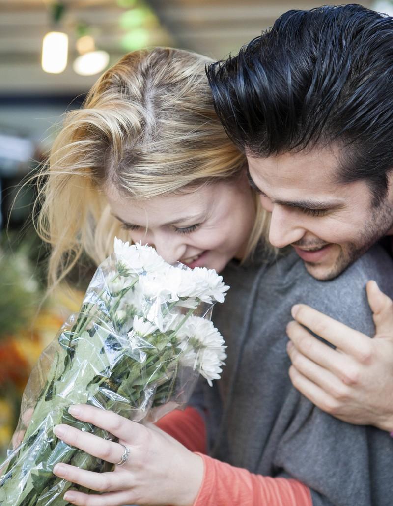 In einer Beziehung sollte man sich mit kleinen Aufmerksamkeiten zeigen, dass man sich liebt.