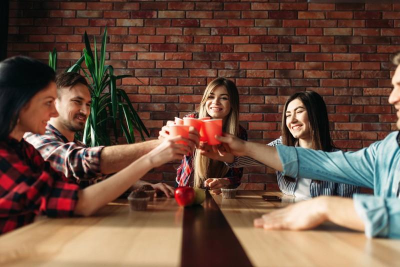 Attraktive Menschen haben oft viele Freunde.