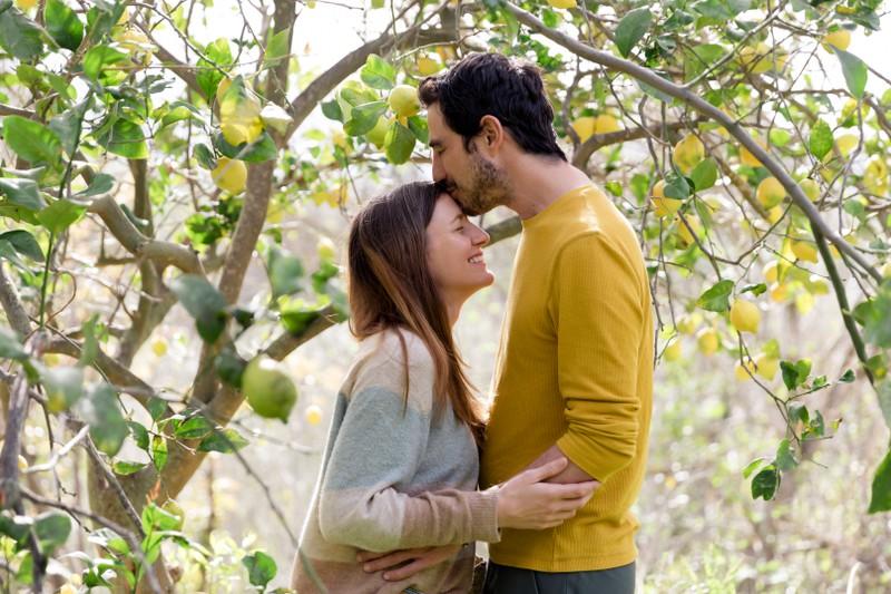 Ein Mann küsst eine Frau auf die Stirn: Hat er Gefühle für mich?