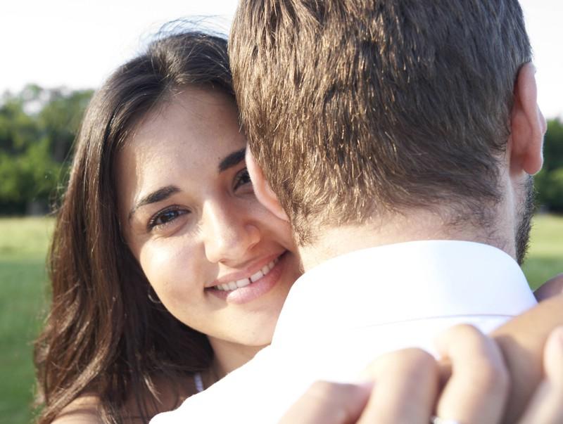 Ein Mann und eine Frau sind zusammen unterwegs: Verliebt er sich in sie?
