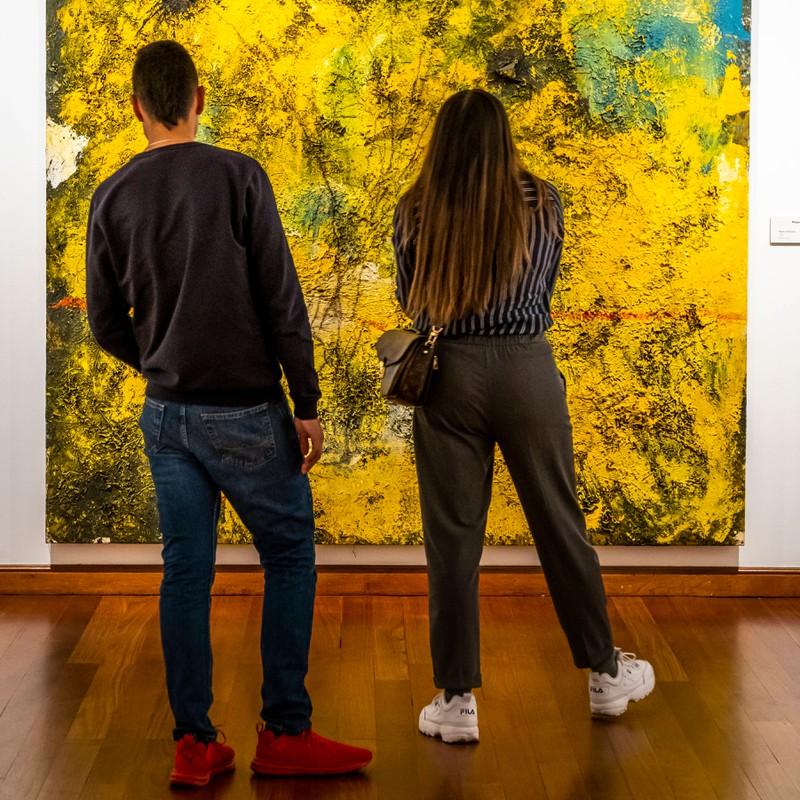 Ein Paar ist zusammen im Museum, wo er sich in sie verliebt