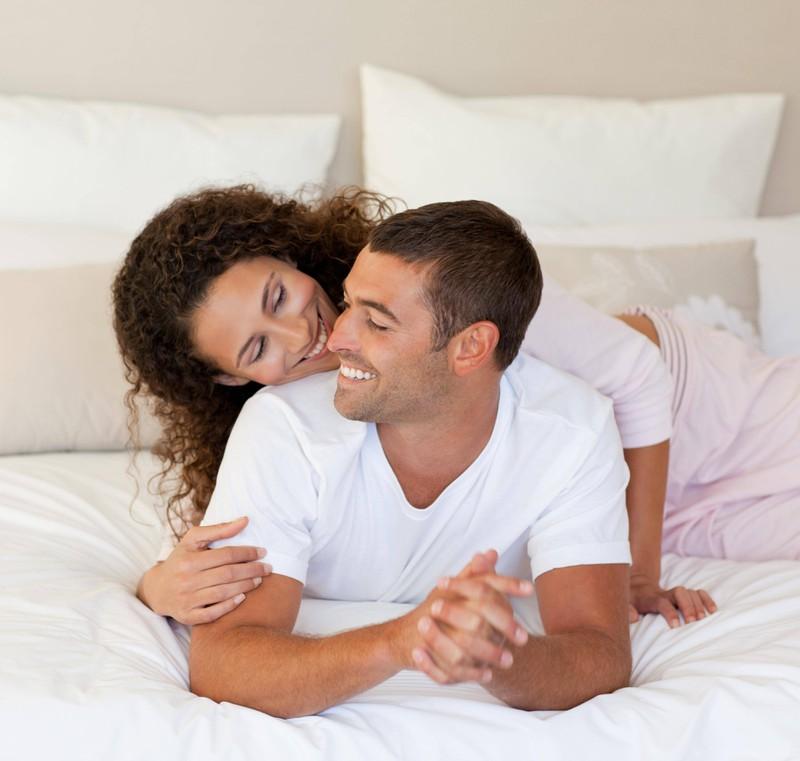Ein Paar kuschelt: Durch Nähe kannst du Gefühle aufbauen