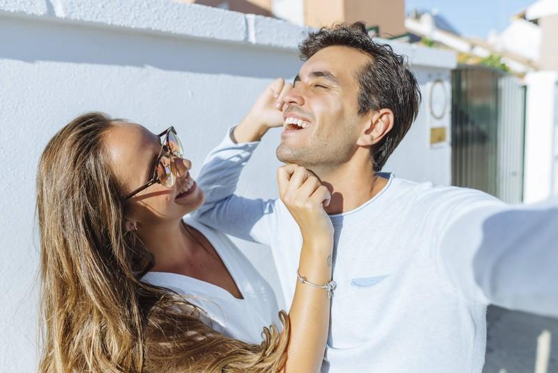 Gemeinsam lachen ist in der Partnerschaft wichtig – und auch mal übereinander!