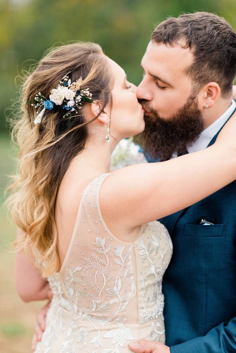 Die Ehepartner machen ein romantisches Hochzeitsbild voneinander.