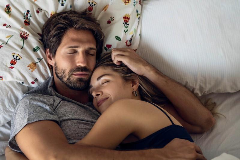 Danny und Jenny kuscheln, Arm in Arm, was ihre Verliebtheit noch verstärkt.