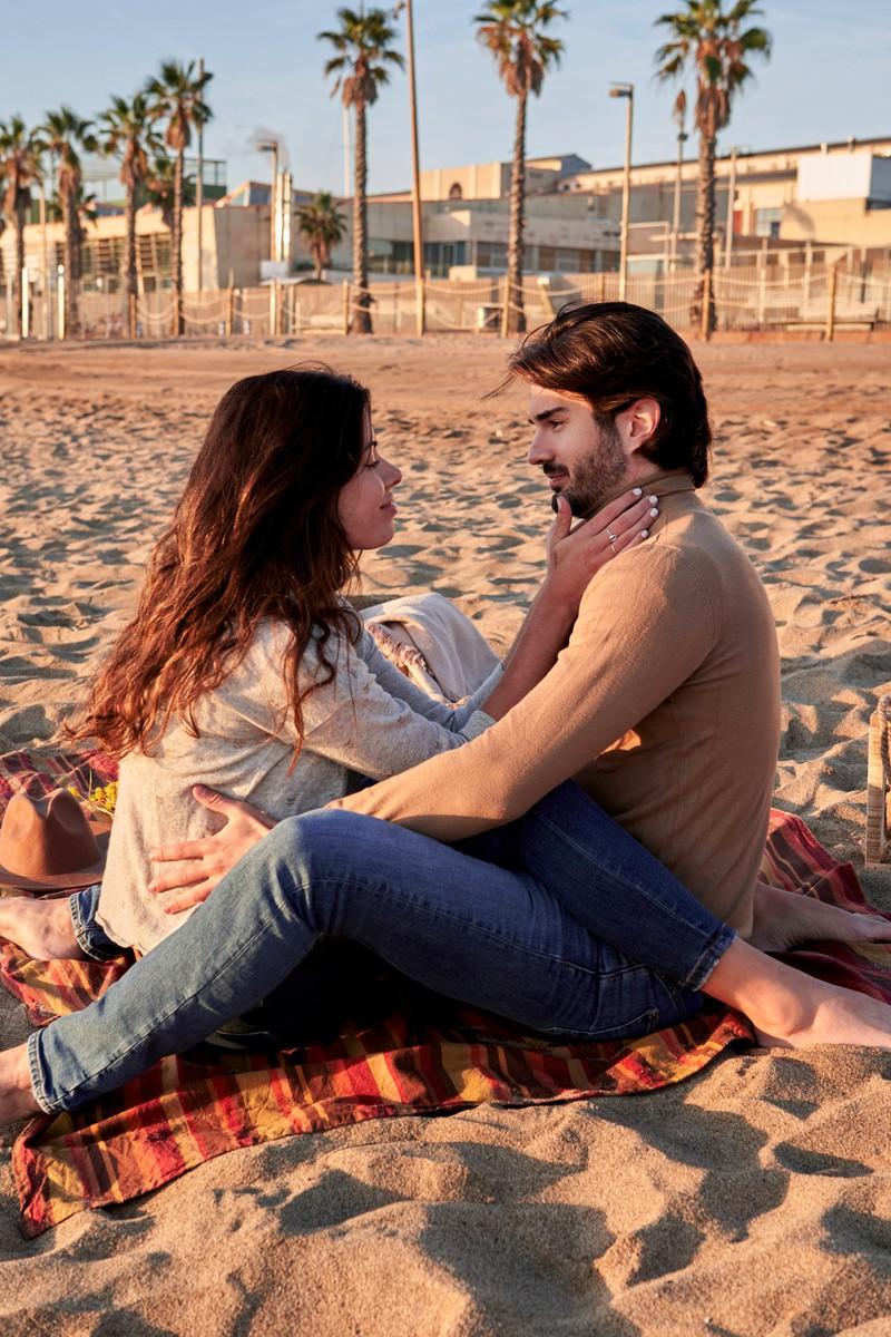 Der Mann hat Interesse an der Frau, und fühlt sich wohl genug bei ihr, um tiefe Gefühle zu äußern.