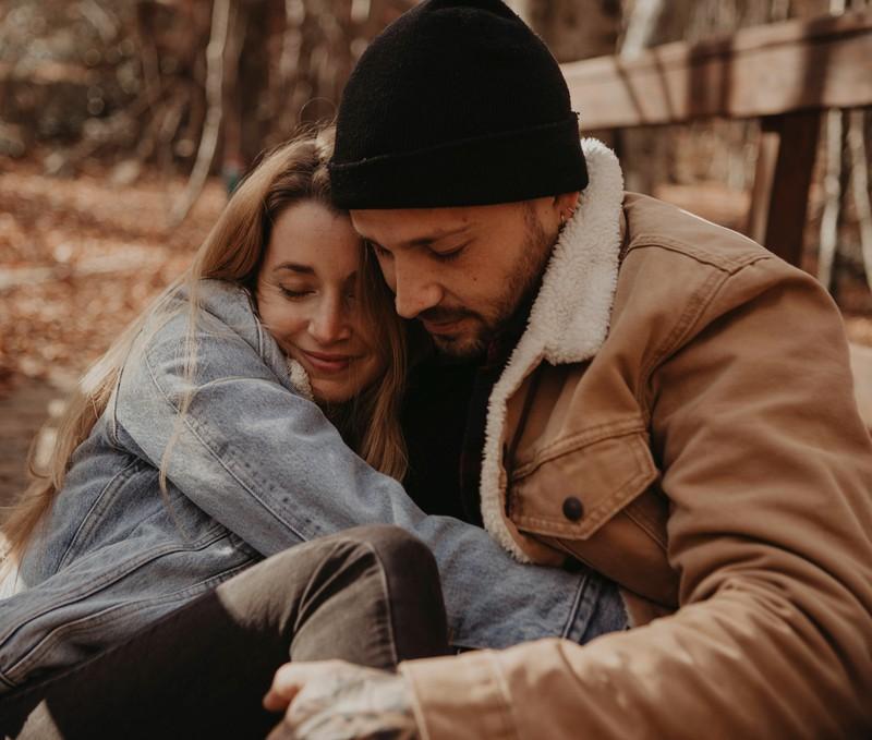 Ein Mann, der mit einer Frau, die Waage ist, sehr glücklich ist.