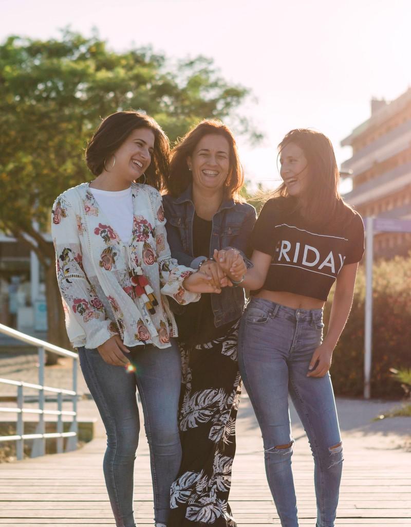 Das Mädchen ganz rechts trägt eine High-Waist-Jeans.