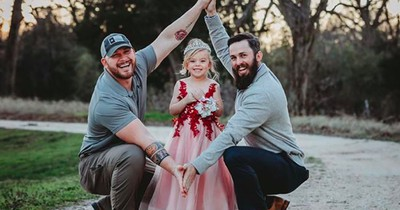 Diese beiden Väter zeigen ihre Tochter – doch sie sind kein schwules Paar!