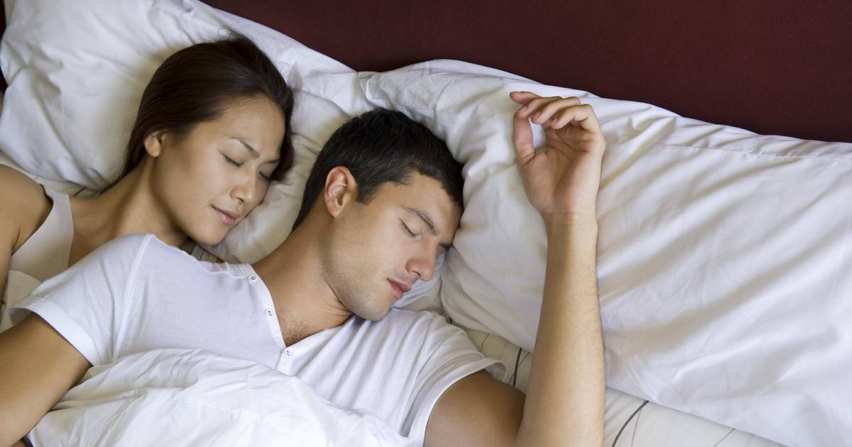 Das sagt deine Schlafposition über deine Beziehung aus