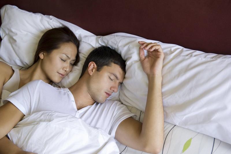 Schlafforscher haben herausgefunden, dass die Schlafposition viel über die Beziehung aussagen kann