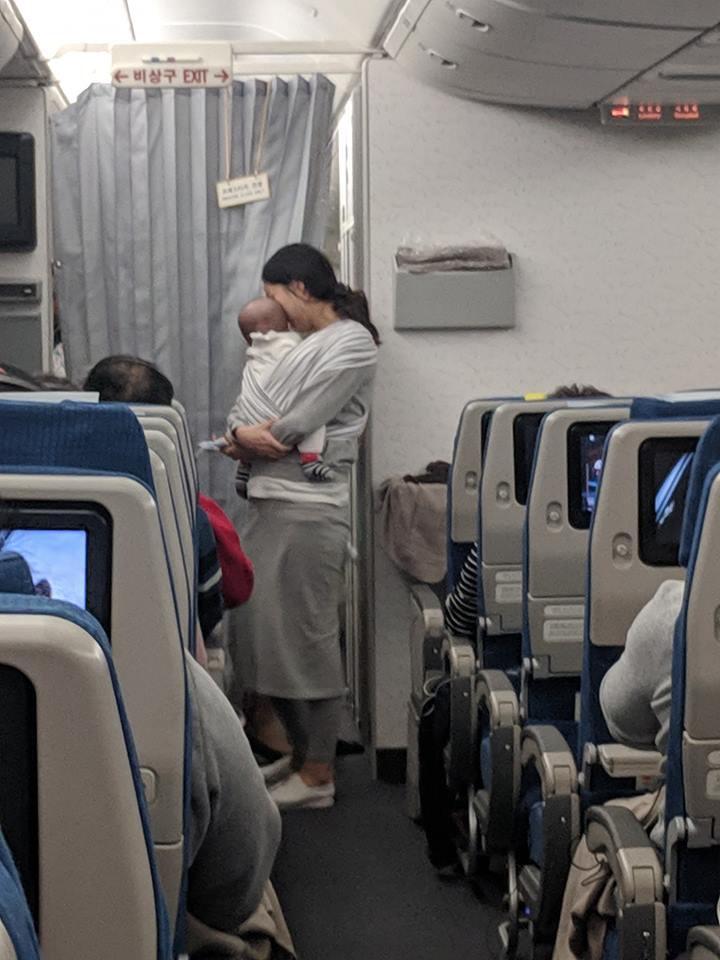 Süße Aktion: Mutter mit 4 Monate altem Sohn überrascht die Passagiere auf dem Flug