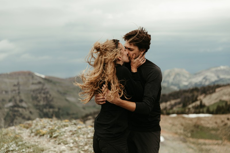 Indem man sich wichtigen, wenn auch unangenehmen Themen stellt, wächst man als Paar stärker zusammen.