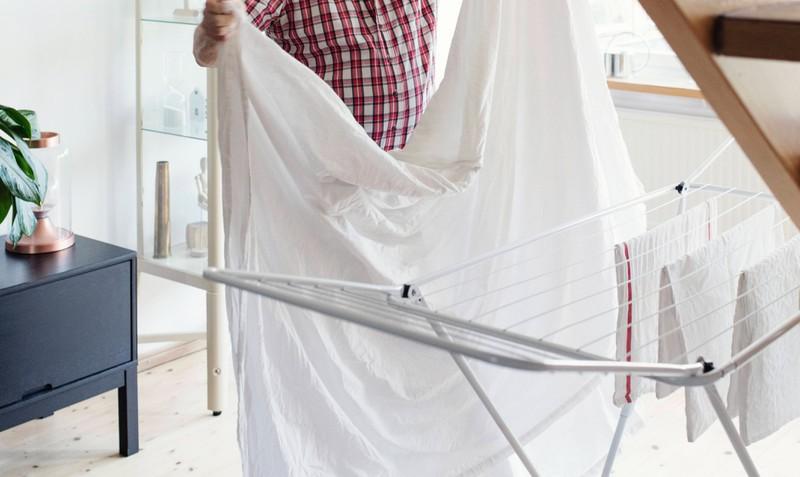 Man kann auch ein feuchtes Laken vor das Fenster hängen, um sich nachts vor Hitze zu schützen